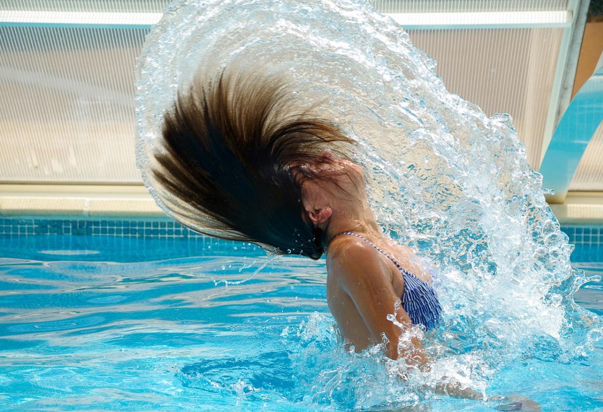 dívka a bazé