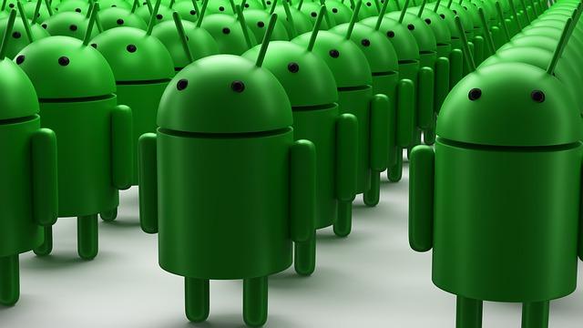 zástup androidů v několika řadách