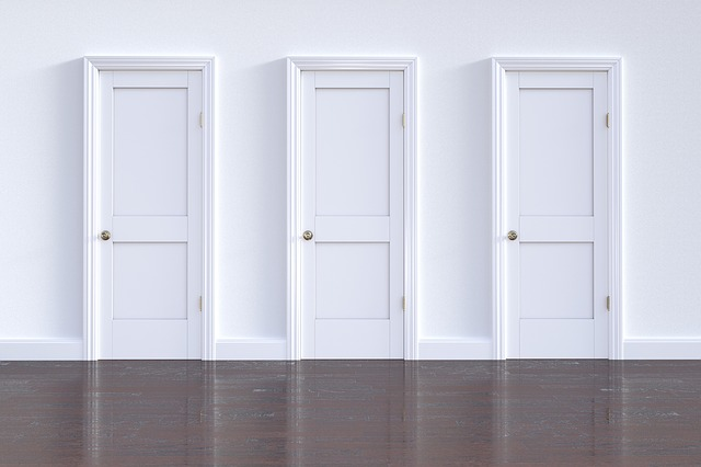 řada jednoduchých bílých dveří