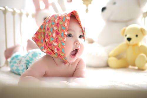 miminko s šatkou